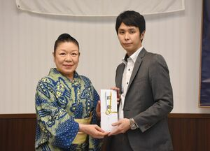 贈呈式で、下津浦公理事長(右)に目録を手渡す大嶋公子会長=佐賀市のグランデはがくれ