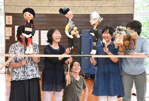 人形劇の練習に励むメンバー=鳥栖市元町の市勤労青少年ホーム