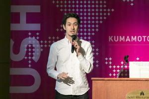 高品質の衣料などを適正な価格で提供する通販サイト「ファクトリエ」について説明するライフスタイルアクセントの山田敏夫社長