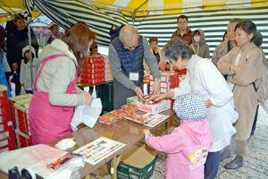 特別価格の県産ブランドいちごを求め、行列をつくる買い物客ら=佐賀市諸富町の橋の駅ドロンパ