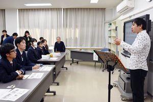 夢と仕事の両立の大切さを話した県立ろう学校卒業生の宮本泰弘さん=佐賀市の同校