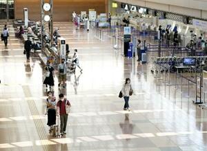 新型コロナの感染拡大を警戒し、利用客がまばらな羽田空港国内線の出発ロビー=15日午前