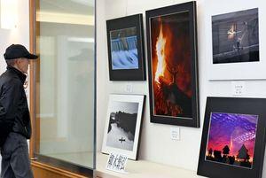 会員12人が撮影した風景写真など、61点が並ぶ「睦互朗」の写真展=佐賀市立図書館