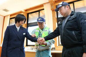 襲われた時の自己防衛方法を学ぶ生徒=佐賀市の富士校中学部