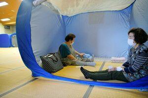 台風14号に備え、避難所で過ごす女性=17日午後4時ごろ、佐賀市の東与賀保健福祉センター(撮影・山口源貴)