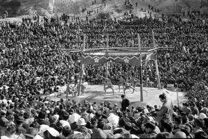 1956(昭和31)年11月に石場の相撲場で開かれた東京大相撲。立すいの余地もないほど人が詰め掛けた(有田町歴史民俗資料館提供、岩崎家蔵)