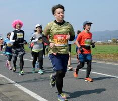 緊急時に備え、ランナーに交じって走るメディカルランナー(中央)=神埼市