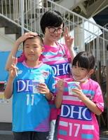 長男の松屋亘紀さんと母の加奈子さん、長女の歩奈美さん(左から)=静岡県磐田市のヤマハスタジアム