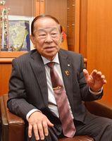 熊本地震からの復興の現状を話す日置和彦村長=熊本県西原村役場