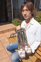 着物の帯で作ったブーツを手にする兵頭峰さん。「この世に一つの美しさを見てほしい」と語る=横浜市