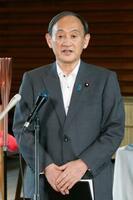 「黒い雨」訴訟の広島高裁判決に関し、記者団に上告を断念すると明らかにした菅首相=26日午後、首相官邸