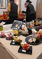 今年の干支ネズミの愛らしい木目込み人形も並ぶ=佐賀市城内のさがレトロ館