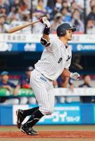 プロ野球西武戦の8回、ロッテの福浦和也内野手が右越え二塁打を放ち、史上52人目の通算2千安打を達成=22日、千葉市のZOZOマリンスタジアム