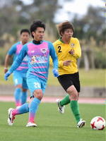 東京Vとの練習試合で、パスを出す鳥栖MF小川選手(左)