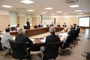 佐賀県認定アスリートへの県有スポーツ施設の使用料減免などについて説明があったSAGAスポーツピラミッド構想推進協議会幹事会=県庁