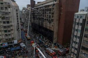 14日に火災が起きた台湾南部・高雄市のビル(ゲッティ=共同)