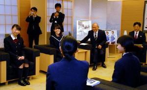 山口知事(右)にオランダでの経験を報告する高校生ら=佐賀県庁