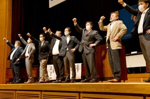 連合佐賀の関係者らと拳を突き上げる原口一博衆院議員(右から3人目)と大串博志衆院議員(同4人目)=佐賀市のメートプラザ佐賀