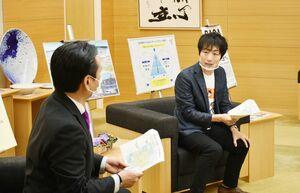こども宅食の活動について説明する駒崎弘樹代表(右)と山口祥義知事=県庁