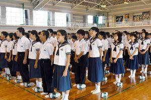終業式で校歌を高らかに歌う生徒=佐賀市の大和中