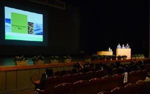壇上で震災について発表する生活教養科の生徒=唐津市西城内の市民会館