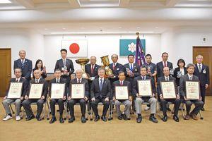 表彰式に出席した各市町の代表者たち=県庁