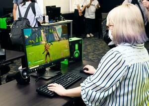 パソコンでシューティングゲームをする「エスツー」のスタッフ。eスポーツの高齢者プロチームのメンバーが練習に使用する=18日午前、秋田市