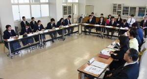 佐賀市議(右)に生徒がさまざまな質問をした意見交換会=佐賀市の高志館高校