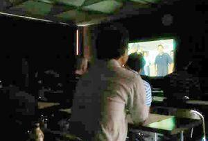 夏期講習会で映画「一献の系譜」を見る酒造関係者=佐賀市内
