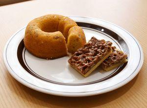 菊芋とヒマワリの種を使った焼きドーナツとフロランタン=みやき町役場