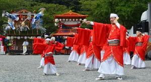 【広場】曳山のそろった祗園広場でよさこい踊りなどを披露