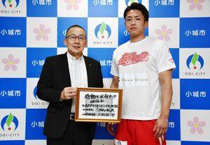 江里口秀次小城市長(左)から応援メッセージをもらい、活躍を誓った大野敬太選手=市役所