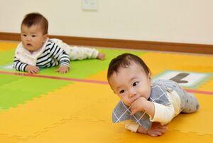 家族に見守られながらハイハイする乳幼児=佐賀市新栄東の総合住宅展示場イエス