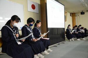 「さが未来発見塾」で策定した未来計画を提案する有田中と西有田中の生徒たち=有田町生涯学習センター