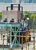 フォークリフトの操作技術や安全確認に対する姿勢を競った大会=佐賀市高木瀬西の県トラック協会