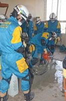 エンジンカッターで床に切れ目を入れる佐賀県警広域緊急援助隊員ら=白石町の旧白石署