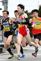 7区で集団の中を力走する杵島郡チームの吉田伊吹選手(中央)=佐賀市東与賀町