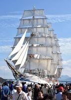 青空をバックに美しい姿を見せた国内最大の帆船「日本丸」=伊万里市の伊万里港