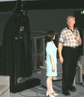 映画「スター・ウォーズ」でダース・ベイダーを演じ、実物大のレプリカ(左)の前で撮影秘話などを披露するデビッド・プラウズ氏=1999年8月、鳥取県境港市