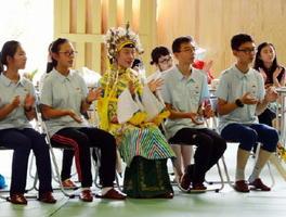 姉妹校を結ぶ脊振中学校を訪れた山西大付属中の生徒たち