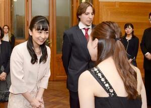 ブダペスト市内の音楽大学「リスト音楽院」を訪問し、日本人留学生(右)と交流される秋篠宮家の次女佳子さま=23日(共同)