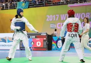 女子57キロ級準々決勝で敗退した濱田真由(左)=韓国・茂朱(共同)