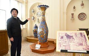 ウィーン万博に出品された有田焼の大花瓶について説明する岸川健輔さん=西松浦郡有田町の有田ポーセリンパーク