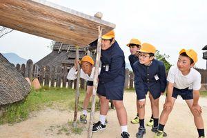 竪穴住居をのぞき込む仁比山小児童=吉野ケ里歴史公園