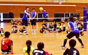 間近でプロのプレーを体感する子供たち=芦刈文化体育館