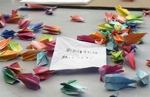 古瀬鈴之佑巡査の回復を願い佐賀工業高ラグビー部の部員らが折った千羽鶴=19日午後、佐賀市