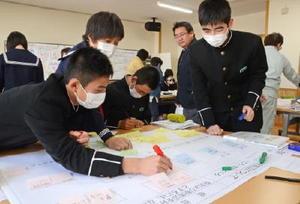 肥前浜駅の課題などについて意見を出し合い、模造紙にまとめる生徒たち=鹿島市の東部中学校
