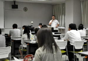 複数の教育相談室を設けるなど支援体制を話す学校関係者=佐賀市のアバンセ