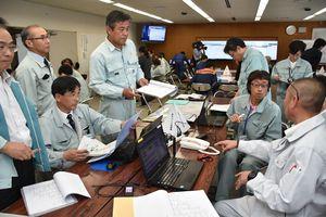 大雨による災害を想定し、情報の伝達、共有の手順を確認した図上訓練=多久市役所