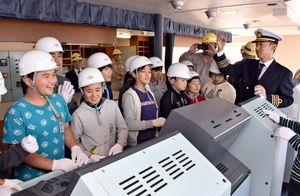 大型貨物船の操舵室で船長の説明を聞く黒川小の5、6年生=伊万里市の名村造船所